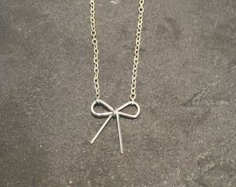 Dainty bow necklace in silver