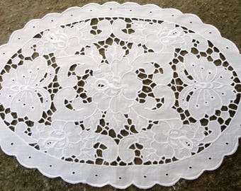 White cutwork doily, Vintage Doilies, Vintage Textiles, Richelieu embroidery, Vintage richelieu embroidery, cutwork from the 50's