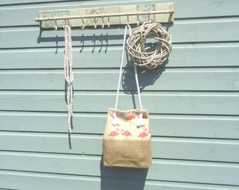 Shoulder bag of jute and linen with flamingo pictures.