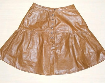 Size 6 vintage 70s knee length gathered popper front skirt tan leather (HN22)