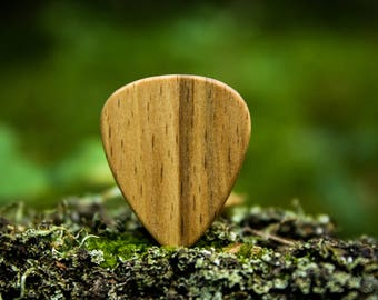 Oak pick for ukulele and guitar