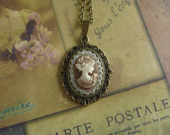 vintage Necklace: Medallion cameo woman