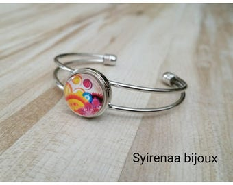 With its interchangeable snap silver bracelet