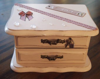 With its drawer wooden jewelry box