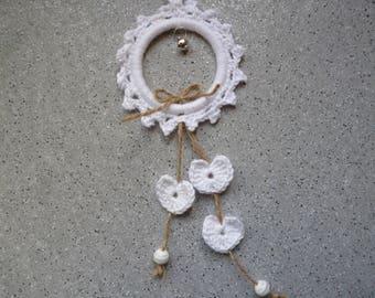 Cadre au crochet orné de petits coeurs réalisé à la main en coton de couleur blanche.