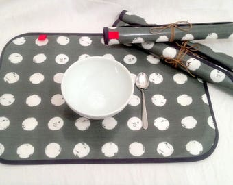 Set of 4 place mats in coated canvas gray with white circles