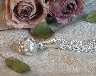 Metal tassel: 9.5 cm x 1.5 cm silver