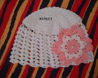 Baby bonnet crochet with a white flower.