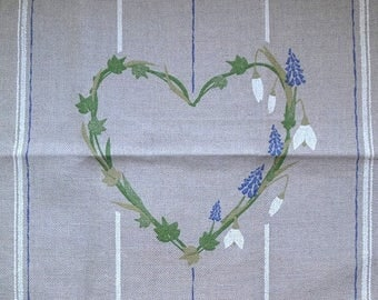 Coupon 34 x 32 cm canvas embroidery linen 12 printed wire heart formed from a Garland of flowers