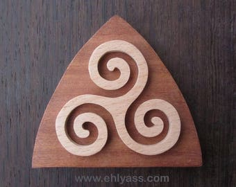 Coaster TRISKELL RELIEF fretwork (hardwood) triangle shape