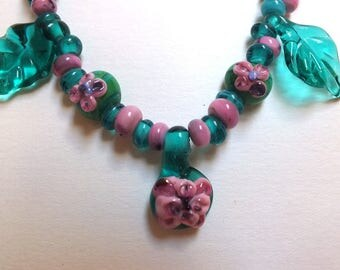Glass necklace with flowers