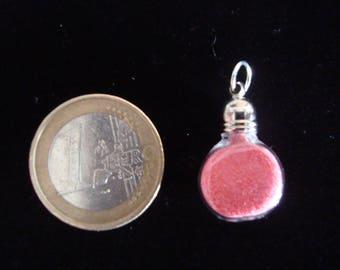 Pendant mini vial with a fine coral powder