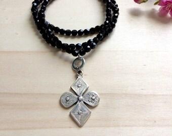 Sautoir a perles , pendentif croix
