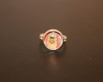 Adjustable ring with cabochon
