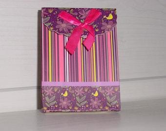 Petite pochette cadeau cartonnée rayée