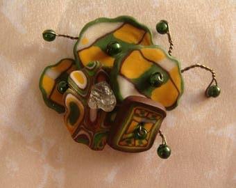 Broche aux perles graphiques vertes, blanches et jaunes
