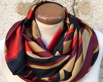 Collar snood in red, gold and black