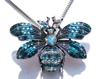 Sautoir papillon argenté, strass bleu azur et AB multicolore, chaine argenté.