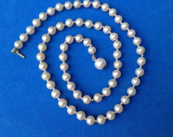 Vintage! Single strand knotted white faux pearl necklace, hidden clasp