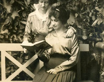 Vintage photo 1914 Affectionate Women Reading Book RPPC Calvert's Studio Oregon City