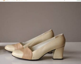 ANNIVERSARY SALE 1960s Butter cream & Taupe Heels, size 4-1/2 to 5