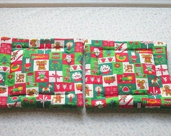 red and green lil bit of everything christmas hand quilted set of 2 potholders hot pads