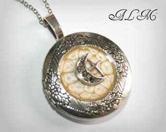 Locket necklace with Moon and gold background (p)