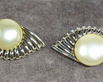 "Vintage SARAH Coventry ""PEARL FLIGHT"" From August 1957 Silver toned Faux Pearl"