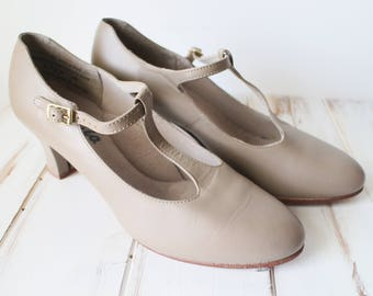 SIZE 8.5 VINTAGE CAPEZIO Leather Taupe Mary Jane Shoes Leather Soles