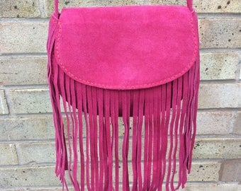 Fringed shoulder bag in fuschia suede leather. Handmade and handstitched