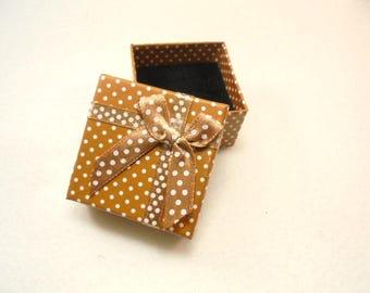 1 ring box, 5,1x5,1x3,1 cm, gold