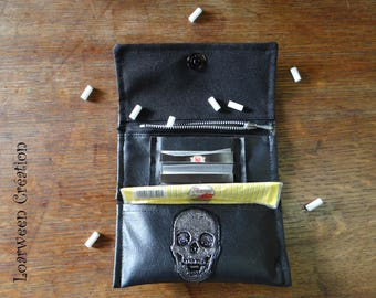 Tobacco pouch in faux leather skull.