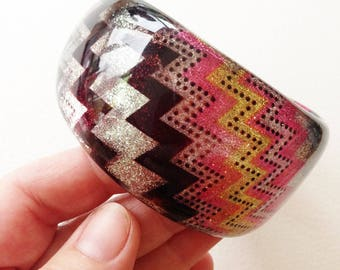 Bangle - funky chunky pink white black and yellow zig zag glitter plastic bangle retro design - see all pictures