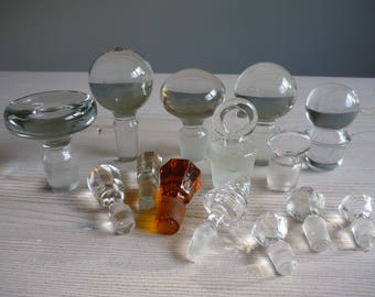 Collection of 14 glass stoppers, carafe, decanter glass stopper