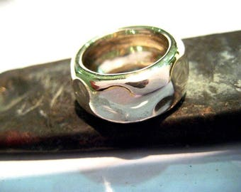 Hammered band ring in silver