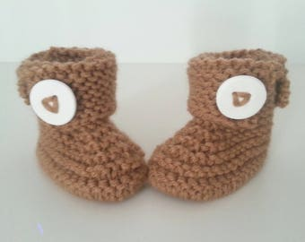 Slippers for born babies in 12 brown woolen hand-knitted months with ornamental button