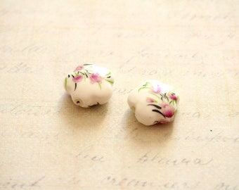 2 ceramic beads in the shape of flower and patterned floral 15mm