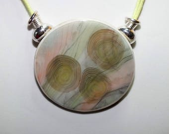 Necklace with pendant to diffuse patterns imitating marble pink