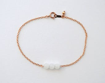 Vente de liquidation > Bracelet doré rose LUNA // Bracelet doré rose fin et minimaliste avec 3 perles de pierre de lune en son centre