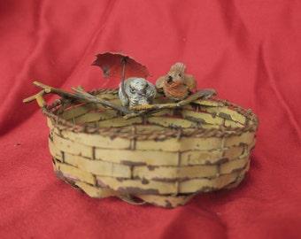 charmant petits oiseaux en plomb de Nuremberg sur un panier en métal, objet ancien de décoration, vide poche, lovely little lead birds