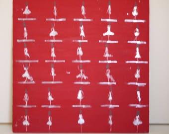 """peinture acrylique sur bois, série """"mes petites bonnes femmes"""" 30 silhouettes de femmes fond rouge volcanique taille 40 x 40"""