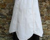 Tablier ancien en fil de lin blanc, petits plis et jours brodés