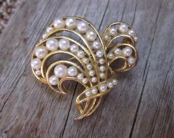 Vintage LISNER brooch // vintage pearl lisner pin  // Gold plated pearl brooch