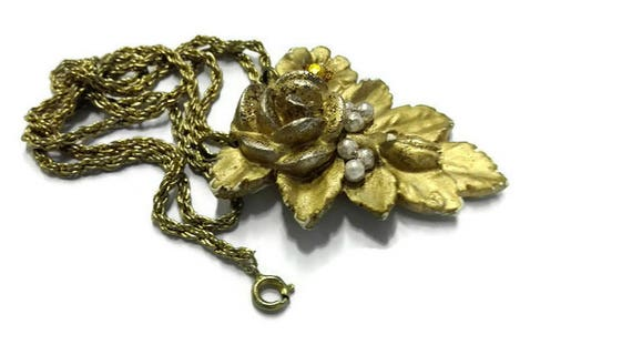 Golden color floral plaster flower décor necklace
