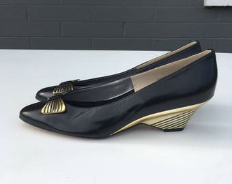 Final Offer Size 9 N Black and Gold Bows Magdesians Wedge Pumps Leather Metallic NWOT