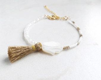 Bracelet avec pompon doré bijou avec main de Fatma bijou avec main de Fatima perle en nacre véritable bijou style oriental et discret