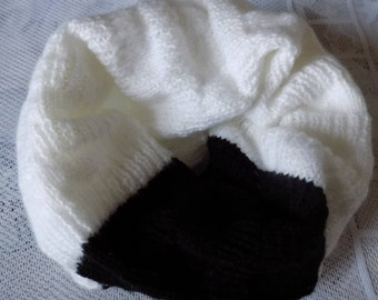Choker, knitted, white and black snood.