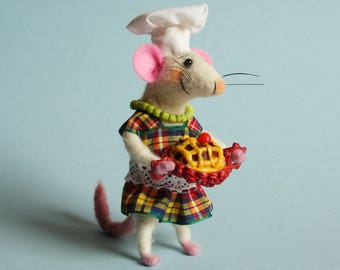 Needle felted mouse with cake. Mouse Cook. Birthday gift. Cake topper. Dollhouse mouse. Ornament. Felting dreams. Miniature cake. Dress