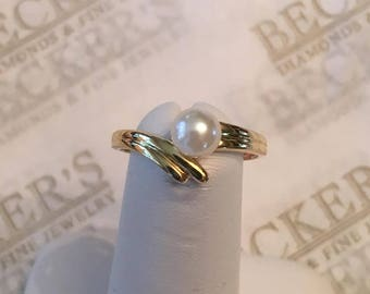 Vintage 14k yellow gold 5.4mm White Akoya Cultured Pearl Ring in a Ribbed Bypass Mounting, size 6