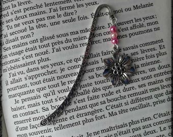 Pink bookmark jewel with beads and a flower pendant